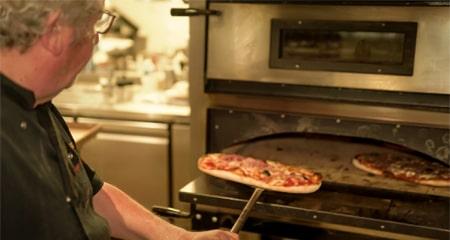 Pizza dans le four - La Forge Gourmande à Beaulieu, restaurant, pizzeria, traiteur, service traiteur, traiteur pour particulier, traiteur pour professionnel, événement, animation