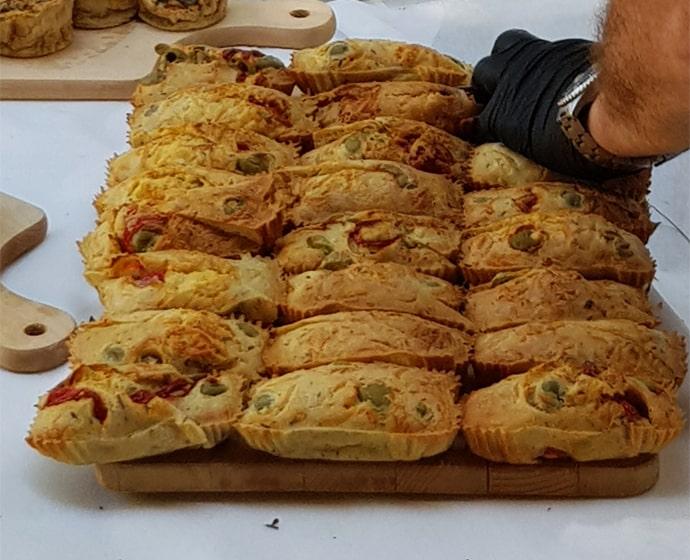 Cake olives et tomates - La Forge Gourmande à Beaulieu, restaurant, pizzeria, traiteur, service traiteur, traiteur pour particulier, traiteur pour professionnel, événement, animation